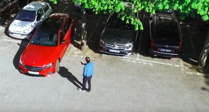 Comment fonctionne le pilote automatique de stationnement de Mercedes ?